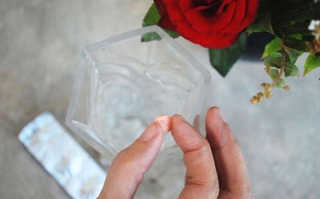 Как реанимировать розы в вазе: можно ли оживить букет, стоящий в воде, каким образом спасти цветы, которые начинают вянуть, и что за средства используют для этого?
