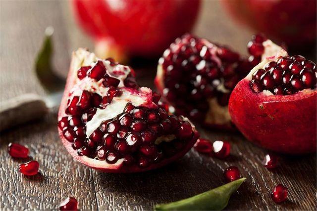 Повышает ли гранатовый сок гемоглобин и сам фрукт: поднимает ли уровень железа или нет и как правильно есть плод и и пить напиток из него?