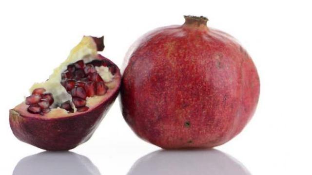 Как правильно разрезать гранат в домашних условиях, можно ли быстро и красиво, как разделать пошагово, а также описание используемых методов и фото фрукта