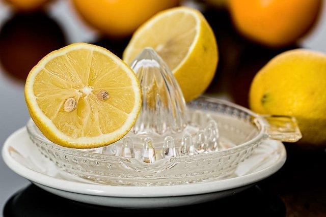 Лайм и лимон: чем отличаются эти фрукты, можно ли заменить одно другим или нет, в чем разница по вкусу, какой кислее, полезнее и лучше, дольше хранится, а также фото