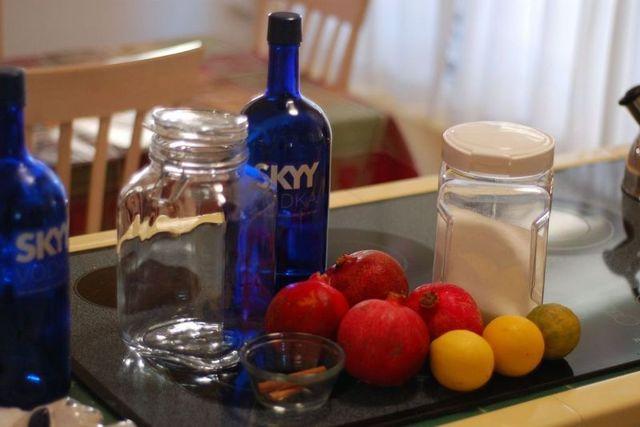 Настойки граната из корок и фрукта: свойства и показания, как приготовить на спирту, коньяке, вине и подходят ли зерна и напитки из кожуры для поения кроликов?