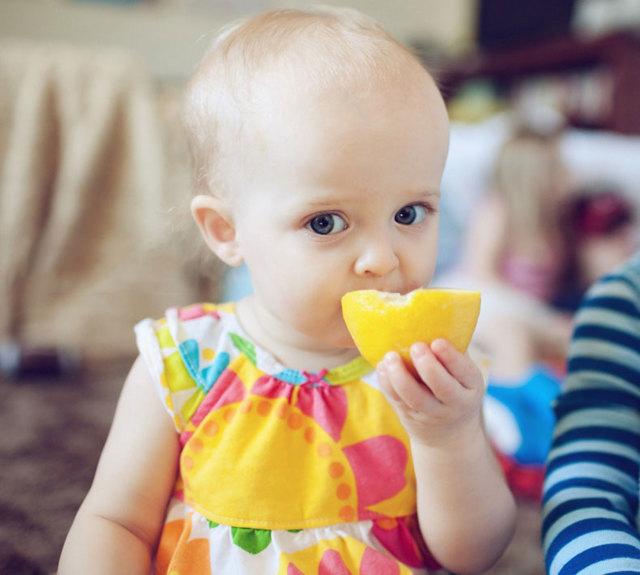 Когда можно дать ребенку лимон: с какого возраста разрешено пробовать есть, допустимо ли грудничкам до года и по сколько капель, бывает ли аллергия?