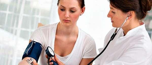 Гибискус: полезные свойства и лечебные, фото цветка, и можно ли при беременности, как влияет на человека, есть ли вред для здоровья, понижает или повышает давление?