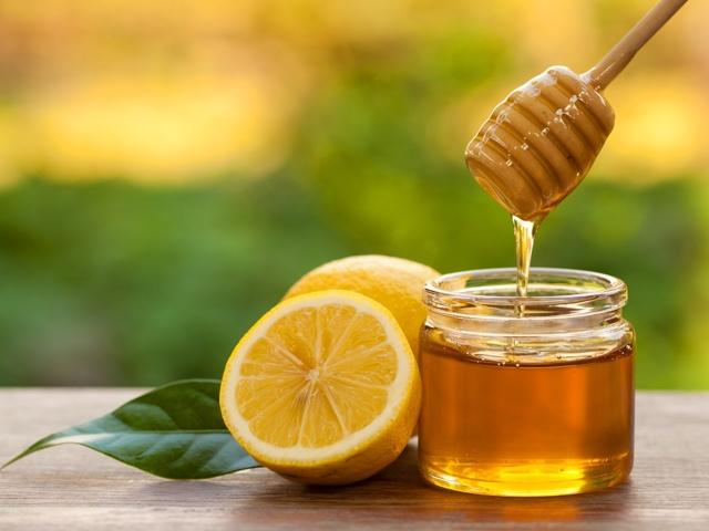 Лимон с медом: свойства для организма, иммунитета, польза и вред для здоровья, а также от чего пить смесь с соком цитруса, как принимать от простуды, можно ли утром?